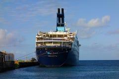 Ein Kreuzschiff, das St. Vincent in den Windwardinseln besucht Lizenzfreies Stockbild