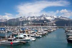 Ein Kreuzschiff und ein Jachthafen am Küstenhafen von seward Lizenzfreies Stockfoto