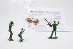 Ein Krieg auf Steuern mit Armee-Männern stockfoto