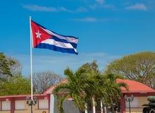 Ein Kubaner fahnenschwenkend im Wind stockfotografie