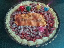 Ein Kuchen mit Erdbeeren für einen Geburtstag lizenzfreie stockfotos