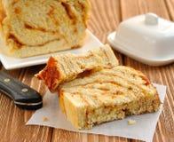 Ein Kuchen mit Karamell und Muttern Stockfotos