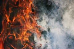 Ein Kulttanz des Feuers und des Rauches gegen einen Hintergrund des grünen Grases Drei Elemente stockfoto
