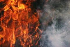 Ein Kulttanz des Feuers und des Rauches gegen einen Hintergrund des grünen Grases Drei Elemente lizenzfreies stockfoto