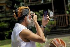 Ein Kunstausführender trägt sein Make-up lizenzfreies stockfoto