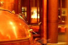 Ein kupferner roter Bierbehälter mit einem Griff und einem Deckel Stockfotos