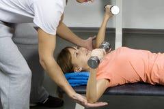 Ein Kursleiter zeigt die Übung Stockbild