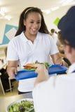 Ein Kursteilnehmer, der das Mittagessen von der Schule montiert Lizenzfreie Stockbilder
