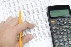 Ein Kursteilnehmer, der seine Matheheimarbeit tut Stockbilder