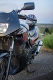 Ein kurzes Motorradfahrmotorrad lizenzfreie stockfotos