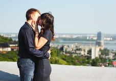 Ein Kuss eines Paares in der Liebe Lizenzfreies Stockfoto