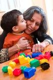 Ein Kuss für Großmutter Stockbilder