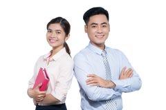 Ein lächelnder Geschäftsmann und eine Frau werfen auf lizenzfreie stockfotografie