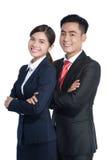 Ein lächelnder Geschäftsmann und eine Frau werfen auf stockfotografie