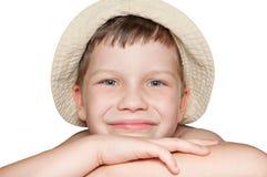 Ein lächelnder Junge auf einem weißen Hintergrund Stockbild