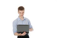 Ein lächelnder Mann mit einem Laptop Lizenzfreie Stockfotografie