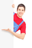 Ein lächelnder Schlosser, der auf einer Leerplatte darstellt Lizenzfreie Stockfotografie