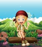 Ein lächelndes Mädchen, das nahe den Felsen stillsteht lizenzfreie abbildung