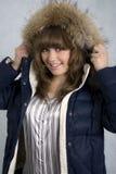 Ein lächelndes Mädchen in einer Winterjacke stockfotografie