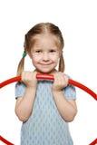 Ein lächelndes Mädchen mit einem gymnastischen Band Lizenzfreies Stockbild