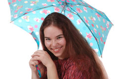 Ein lächelndes Mädchen mit einem Regenschirm Stockfotografie