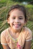 Ein lächelndes nettes Mädchen auf dem Feld Lizenzfreie Stockfotografie