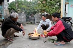 Ein ländlicher Familie Burning von votive für Vorfahren Lizenzfreie Stockbilder
