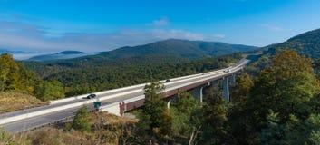 Ein ländlicher zwischenstaatlicher Viadukt durch einen Wald in Virginia Stockfoto