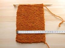 Ein Länge von strickendem in den Zentimeter gemessen werden Stockfotos