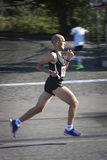 Ein Läufer im Profil Bewegungsunschärfe, zum der Geschwindigkeit hervorzuheben Lizenzfreies Stockfoto