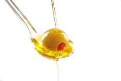 Ein Löffel mit einer Olive Lizenzfreie Stockfotos