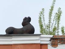 Ein Löwe über einem Bogen, der zu den Hof des Kaufleute ` Hauses Morosow auf der sozialistischen Allee in Barnaul führt Lizenzfreies Stockbild