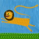 Ein Löwe gibt einen Sprung Lizenzfreie Stockfotos