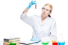 Ein Laborassistent mit einer roten Flüssigkeit in einem Reagenzglas Lizenzfreies Stockbild
