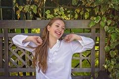 Ein Lachen der jungen Frau Stockfotos
