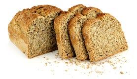 Ein Laib des Brotes mit drei Scheiben und Brotkrumen lizenzfreies stockbild