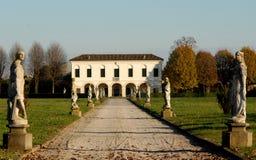 Ein Landhaus in Casalserugo in der Sonne im Himmel und im provimcia von Padua in Venetien (Italien) Stockbilder