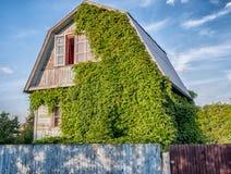 Ein Landhaus mit einer Hecke stockbilder