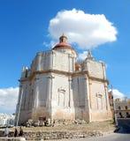 Ein Landschaft-wiew der Kirche auf dem Hügel in Melieha in Malta Stockfotos