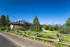 Ein Landschaftshaus mit Bergblick lizenzfreie stockbilder