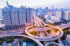 Ein Landstraßenaustausch in Guangzhou an der Dämmerung Stockbilder