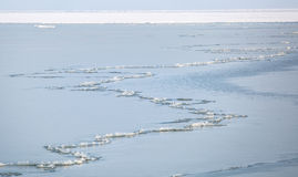 Ein langer Sprung, der entlang die gefrorene Bucht des Asow-Meeres läuft Stockfoto
