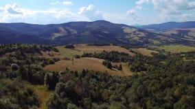 Ein langer und langsamer Lufthubschrauber schoss vom schönen grünen Berg stock video