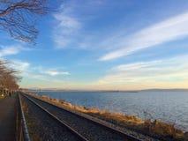 Ein langer Weg der Bahn in der Front lizenzfreie stockfotos