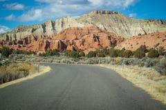 Ein langer Weg hinunter die Straße des Kodachrome-Becken-Nationalparks, Utah stockfoto