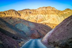 Ein langer Weg hinunter die Straße Nationalparks Death Valley stockfoto
