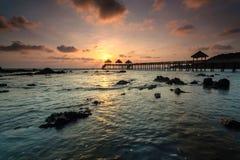Ein langes Belichtungsbild des goldenen Sonnenaufgangs mit Steinanlegestelle Lizenzfreies Stockbild