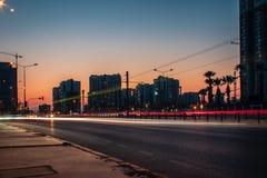 Ein langes Belichtungsstadtbildtrieb bei Sonnenuntergang - orange Farbe ist dominierend lizenzfreie stockfotos