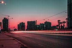Ein langes Belichtungsstadtbildtrieb bei Sonnenuntergang - rote Farbe ist dominierend lizenzfreies stockfoto