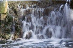 Ein langsam fließender schöner Wasserfall Lizenzfreie Stockfotos